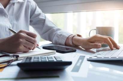 mujer haciendo contabilidad