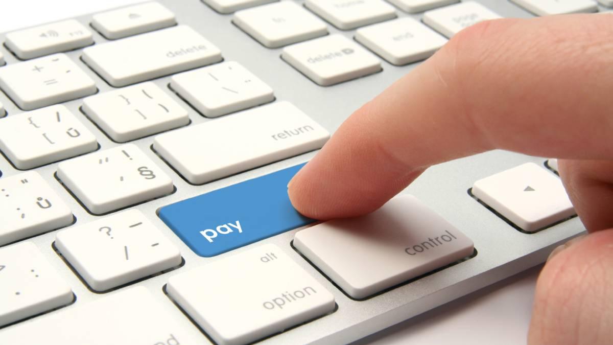 persona pulsando botón de pago