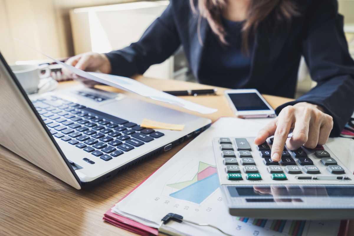 mujer haciendo calculos