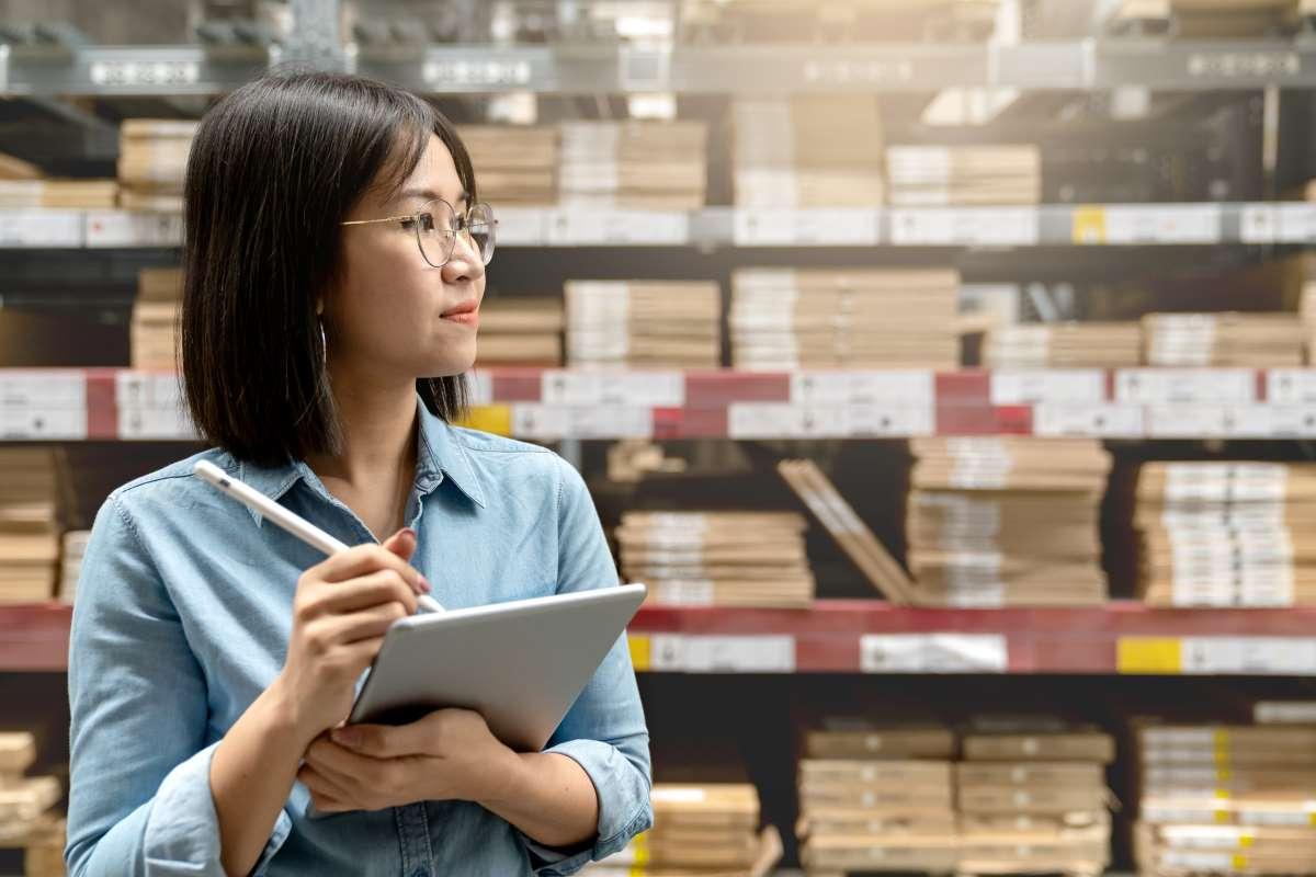 mujer gestionando inventario