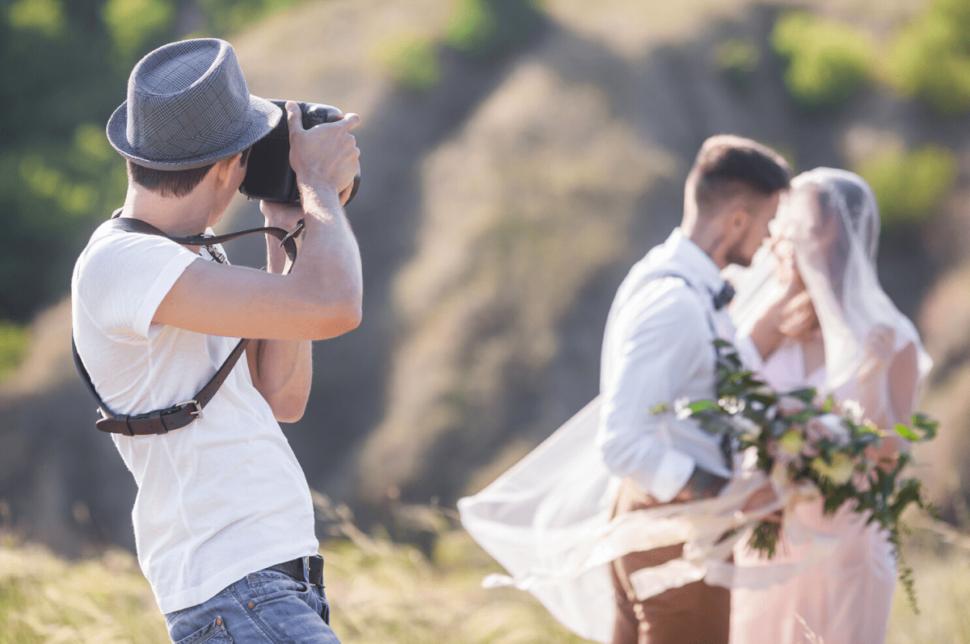 Fotógrafo autónomo trabajando en evento social